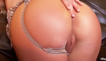 Round booty blonde teasing her clit