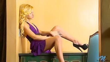 Kinky blonde is satisfying herself